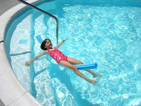 Juegos en la piscina para ni os piscinas code for Clases de piscina para ninos