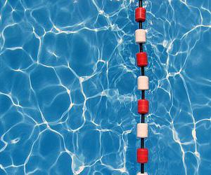 piscina con agua limpia