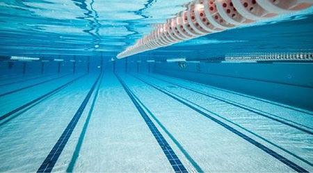 piscina de agua transparente